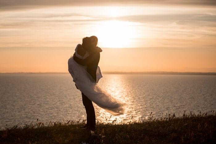 annorlunda-bröllopsvals-solnedgång-förnya-äktenskapslöften-