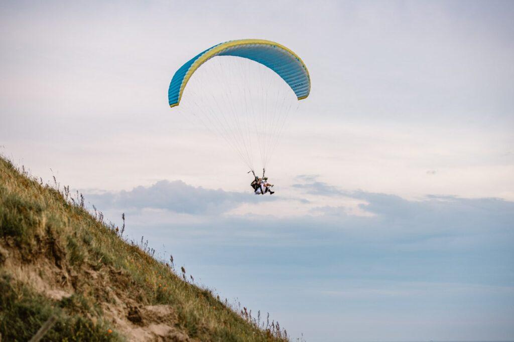 skärmflyg-bröllop-österlen-paragliding-wedding