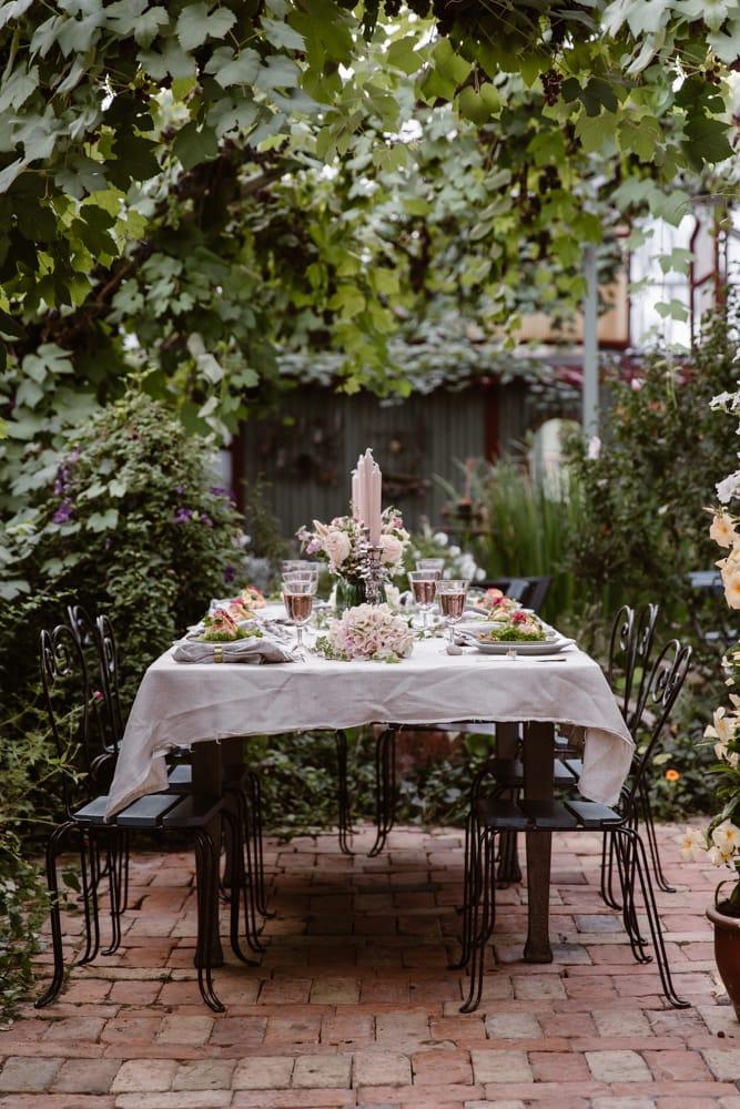Backagården-bröllopsdukning-växthus