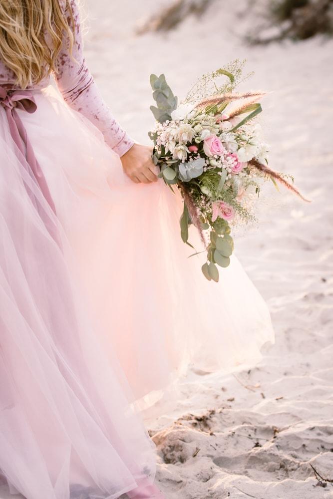 rosa-romantisk-bröllopsklänning-brudbukett